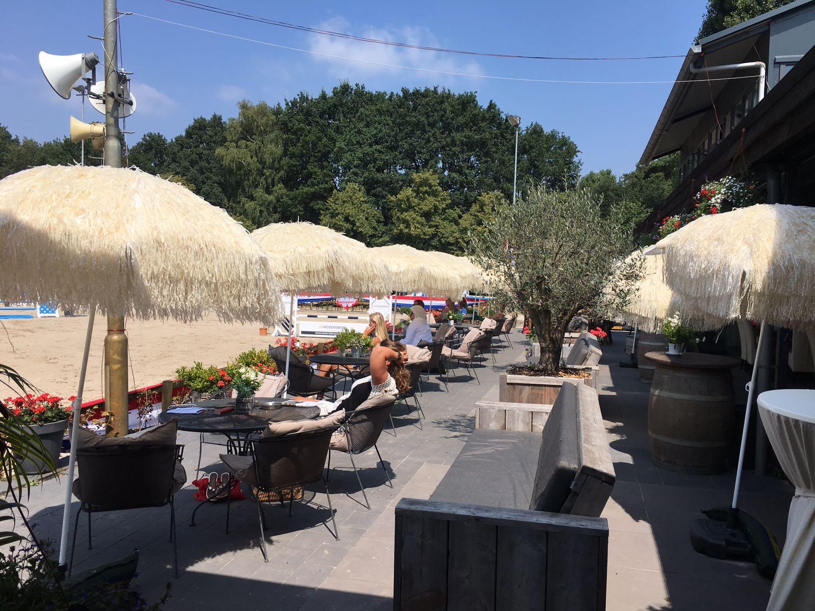 Loungeterras zonovergoten tijdens zomerfestijn 2018